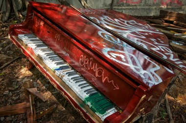 12_Red-Piano-on-North-Shore